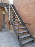 Escalier extérieur avec marches en pierre