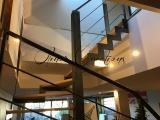 Structure d'escalier en métal brut