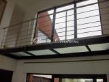 Passerelle métal peint et verre intérieur