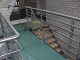 Passerelle avec son escalier et son garde corps