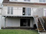 Terrasse avec son escalier et garde corps